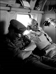 Dayan et Rabin, en route pour Gaza en hélicoptère, Juin 1967