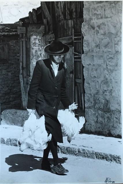 Rabbi with chicken for shabbath, 1974 - David RUBINGER