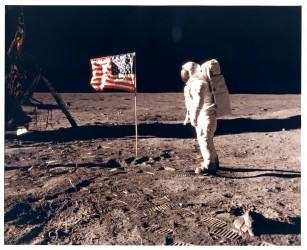 Apollo 11, Buzz Aldrin au côté du drapeau américain (AS11-40-5874)