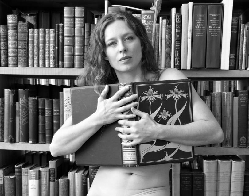 Bianca (derrière un livre) - Florin FIRIMITA