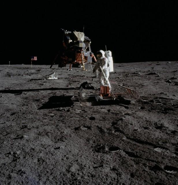 Buzz Aldrin deploying PSEP (AS11-40-5949) - NASA